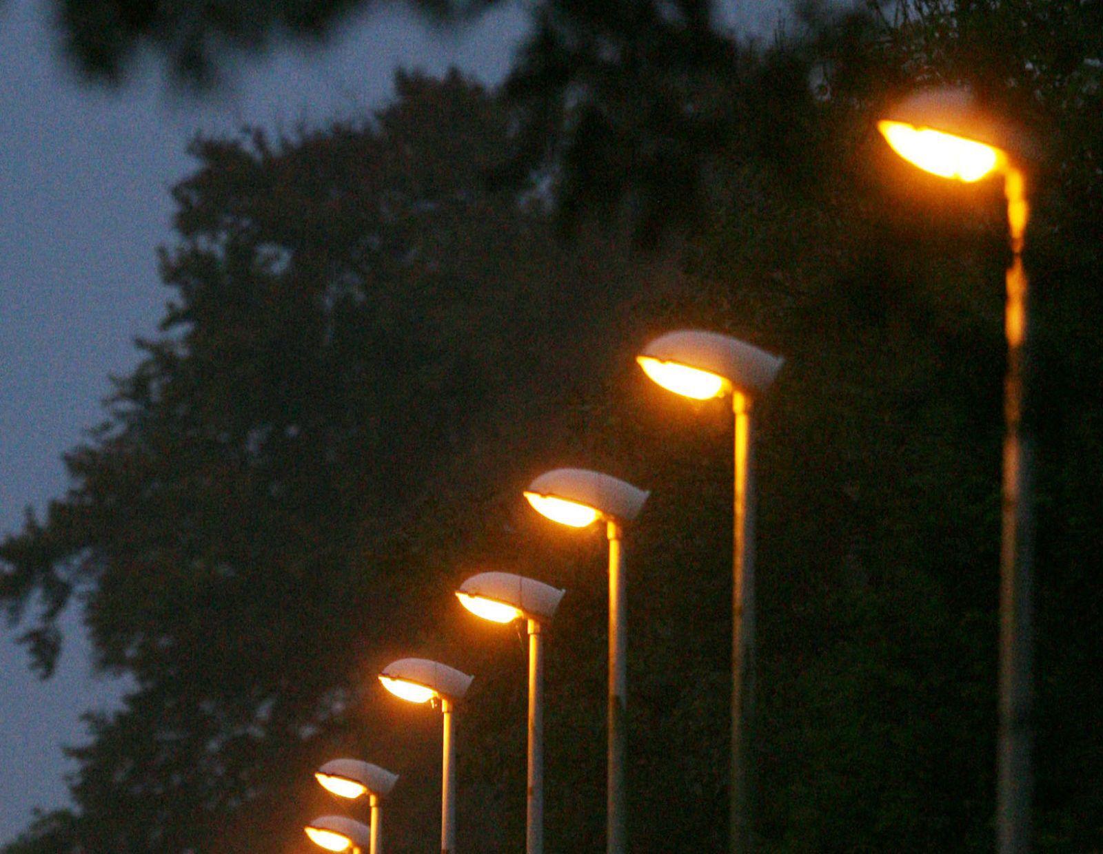 Installatie LED lampen openbare verlichting met jaar uitgesteld ...