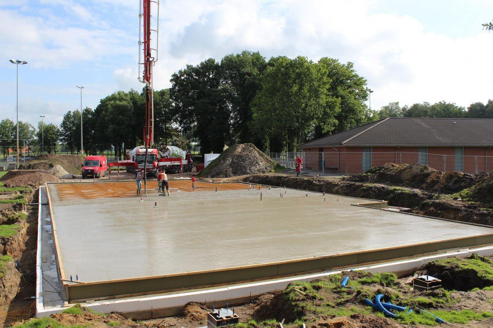 Grote stappen bij nieuwbouw clubhuis rood zwart sport for Huis bouwen stappen