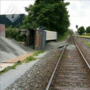 Vrachtwagen gekanteld bij het station Delden - Treinverkeer weer op gang