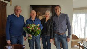 CDA deelt bloemen uit op Valentijnsdag in Delden