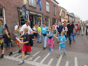 Warme en gezellige Wandel4daagse afgesloten met intocht in centrum Delden