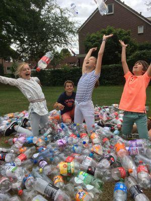 Jongeren halen 120 euro op met flessenactie voor voedselbank