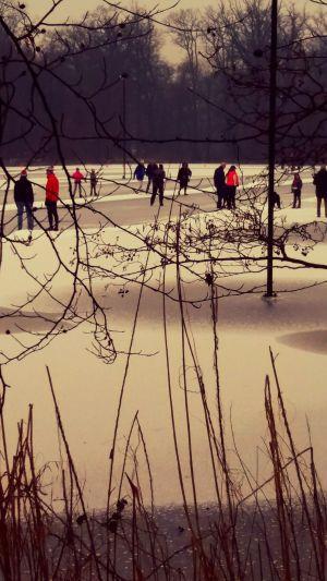 Video en foto's: Ruim 800 bezoekers voor ijsbaan Delden op eerste dag