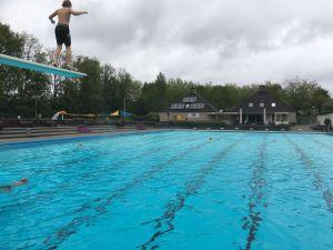 Eerste badgasten openen zwemseizoen De Mors met frisse duik